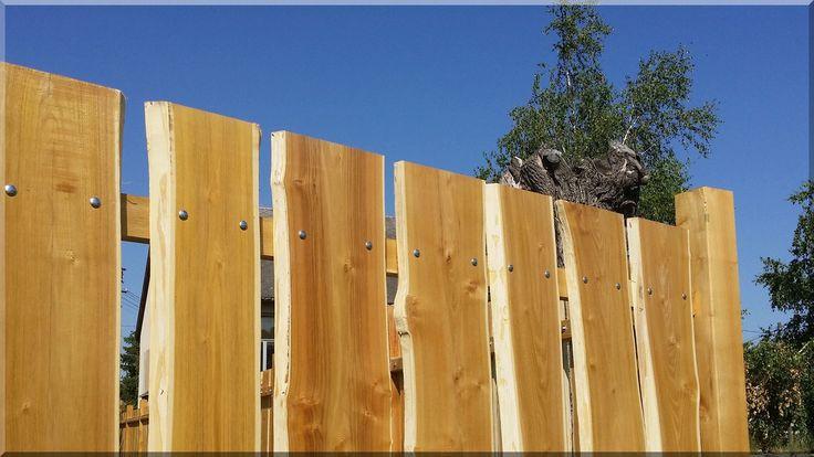 Rusztikus fakerítés akác deszkákból