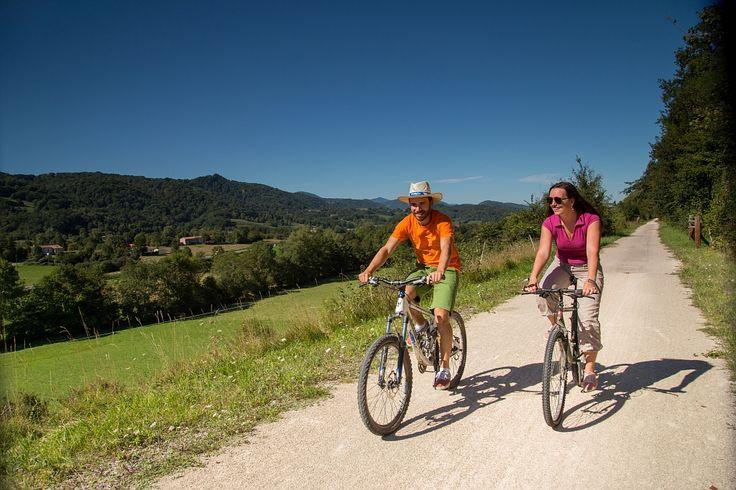 Balade à vélo en Ariège - Par Raphaël KANN - ADT Ariège  #TourismeMidiPy #MidiPyrenees #France #Randonnée #vtt #velo #TourismeAriege #pyrenees