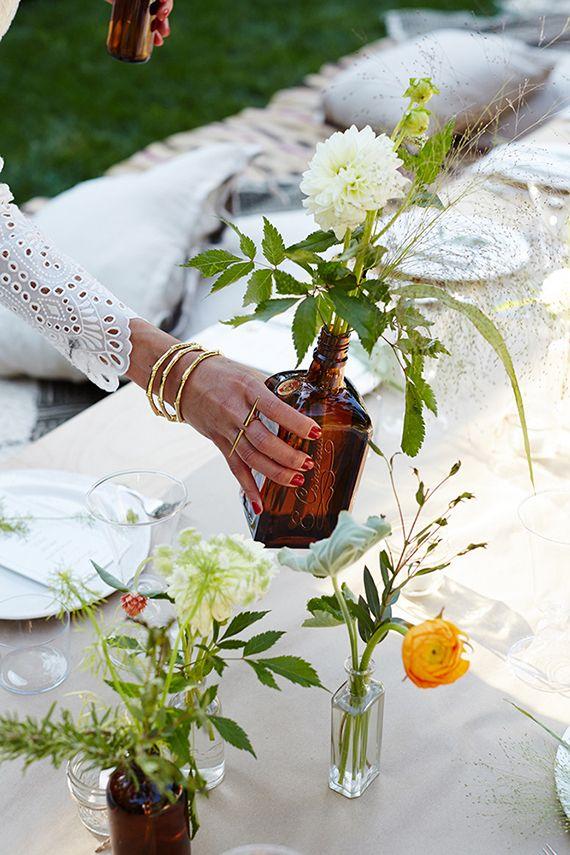 garrafa com flores como fazer uma festa no quintal
