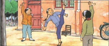 Chinees touwschoppen Chinezen vinden een gezond lichaam heel erg belangrijk. Daarom turnen ze iedere ochtend. Dat doen ze samen op school, op het werk of gewoon op straat. Een prima oefening is hun manier van touwtje springen. Ook eens proberen?