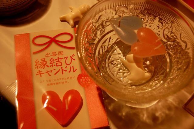 """松江市でキャンドルの制作・販売をしているempfangen candleさんの """"縁結びキャンドル""""  しずく型のキャンドルを2つ水に浮かべて火を灯すと、 なんとその2つのキャンドルがひきつけ合い、 ハート型にヽ((◎д◎ ))ゝ  松江市カラコロ工房で販売しています! ネット販売もしているようですよ~♪"""