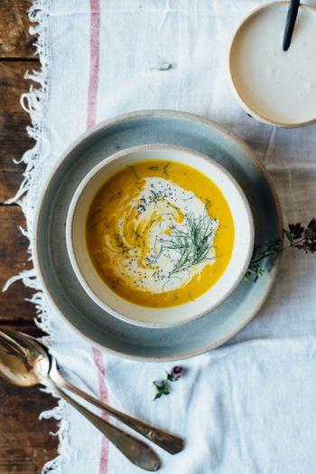 ①オープンを190度で予熱。天板のベーキングシートの上に敷く。カボチャの断面にオリーブオイルを塗り断面を上にして天板にのせオーブンで50分~1時間ほど焼く(フォークで潰せる程度に柔らかくなるまで)焼き上がったら冷ましスプーン等で実をすくい取り、ボールに入れておく②深鍋にオリーブオイルとココナツオイルを入れて中火にかける。長ネギとオレガノ加え長ネギが柔らかくなるまで炒める。にんにくを加えて30秒程炒めたらフェンネル、生姜を入れ、フェンネルが柔らかくなり生姜の香りが立つまで5分ほど炒める。カボチャ、ベイリーフ、水、塩胡椒を加えてかき混ぜる ③グツグツ鍋が沸いてきたら頻繁にかき混ぜながら30分ほどそのまま煮込む。煮込み終わったら鍋を火から下ろしスパイシーココナッツクリーム1カップを加える④ブレンダー又はフードプロセッサーで滑らかになるまでピューレする。ピューレしたスープを鍋に戻し弱火で再び温め、レモンジュースを入れてよくかき混ぜ、好みに応じて薬味をさらに加える。⑤器にスープを注ぎ、取り置いておいたスパイシーココナッツクリーム、ポピーシード、フェンネルをトッピングして完成。