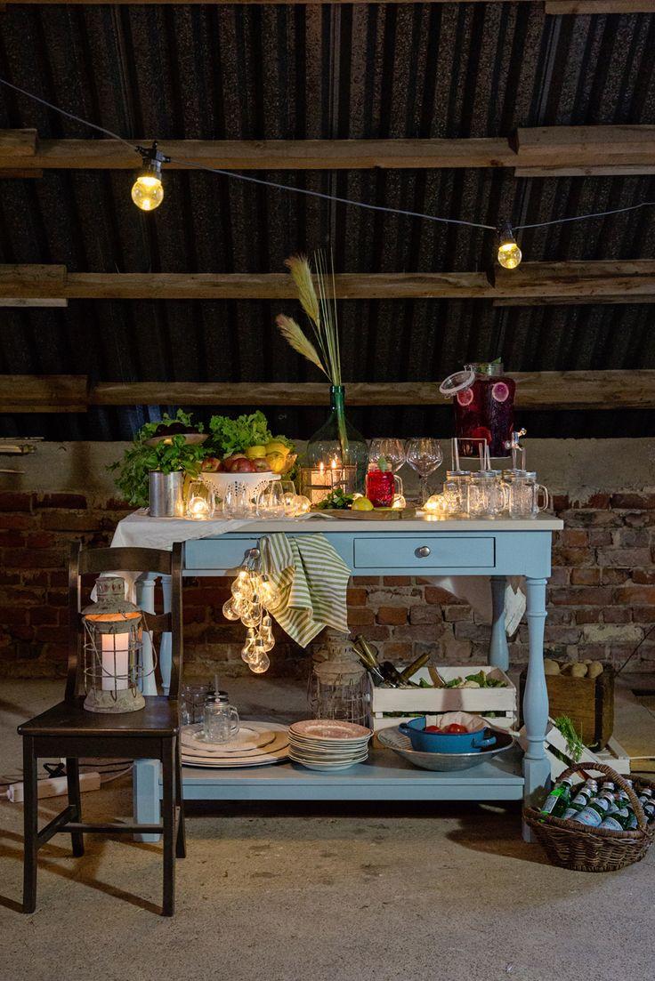 Venetsialaisjuhlat vanhassa navetassa - Juvin sininen keittiösaareke ja tuoli