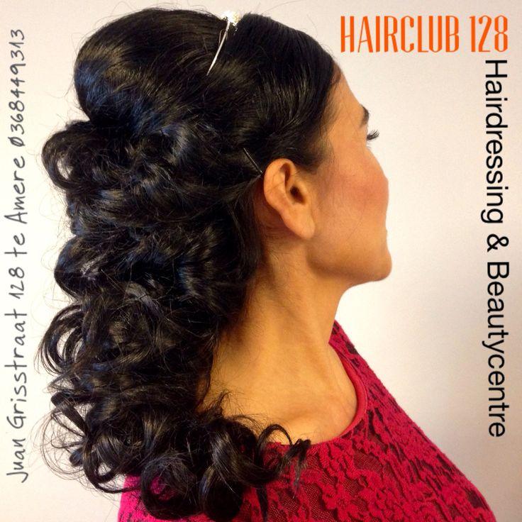 Wij zijn gespecialiseerd in het kleuren en föhnen van alle soorten haar. Ook opsteekmodellen, makeup, knippen permanent, hairextensions, wimperextensions, epileren met draad..... Voor een totale metamorfose bent u bij ons aan het juiste adres en van harte welkom! Team HairClub 128
