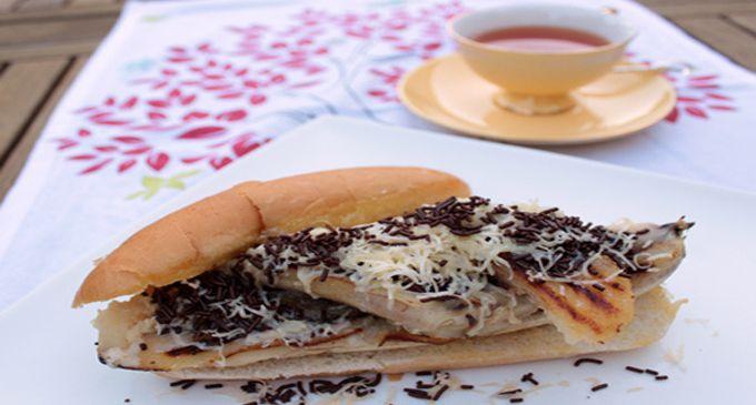 WinNetNews.com - Bosan dengan sajian pisang goreng yang itu-itu aja, yuk bikin pisang goreng bentuk hot dog. Kalau biasanya hot dog disajikan dengan menu daging sapi panggang ditaburi saus mayounese dan sayuran, hot dog pisang kali ini isinya pisang panggang dengan saus coklat bertabur keju parut. Yuk