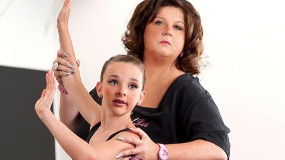 Des mères ambitieuses confient leur fille à une professeure intransigeante pour en faire une future star de la danse.