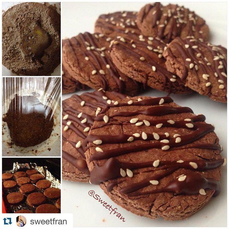 Galletas de chocolate  Ingredientes para 15-20unidades. -1 taza de harina de avena (procesa la normal hasta que quede polvo) -1/4 de taza de cacao en polvo sin azucar (chocolate amargo) -1/4 de taza de agua tibia (y un pelin mas) -1 cdta levadura granulada -1cda de azucar de coco, miel o azucar moreno(es necesario para la levadura) -1 yema -Estevia o lo que ocupes.  Para decorar -chocolate 65% cacao (o mas) -semillas de sesamo/ajonjolí  Preparación: 1-...