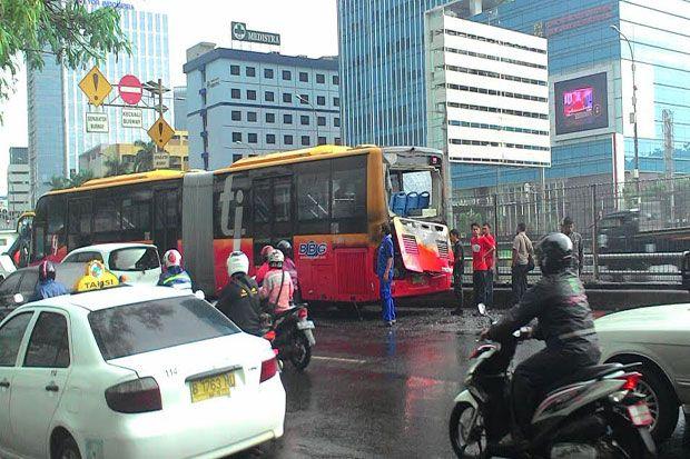 Polisi Usut Kasus Kebakaran Bus Transjakarta di Jalan Gatot Subroto http://sin.do/9uFd  Ikuti berita terkait terbakarnya bus Transjakarta http://sin.do/9uZI