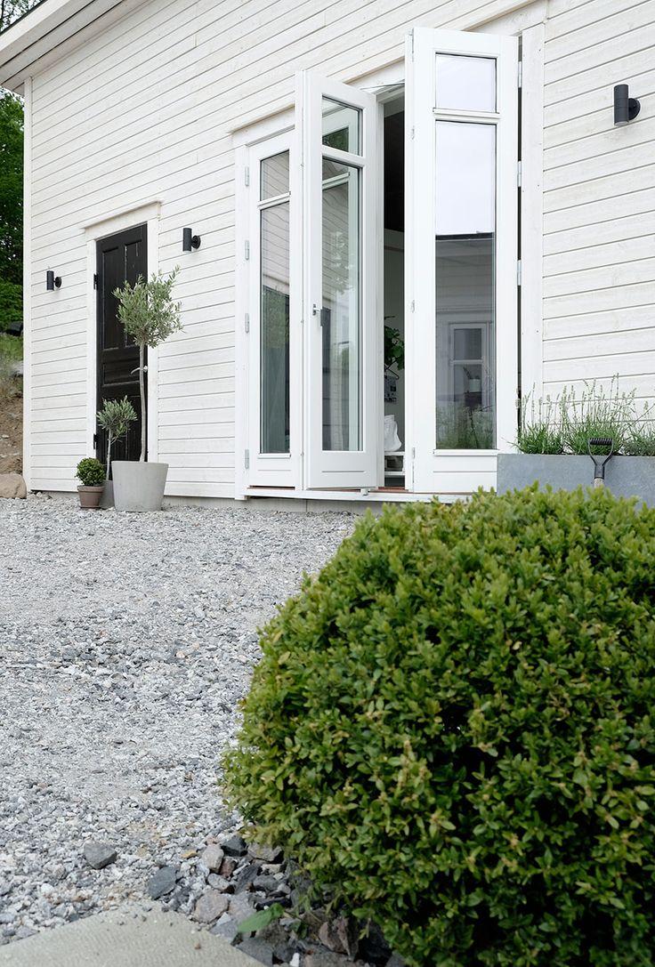 Vi har visat några av dem förut –men nu kan vi äntligen publicera alla bilder från vår bloggare Pella Hedebys snygga Attefallshus. Så låt dig inspireras av en compact living-lösning...
