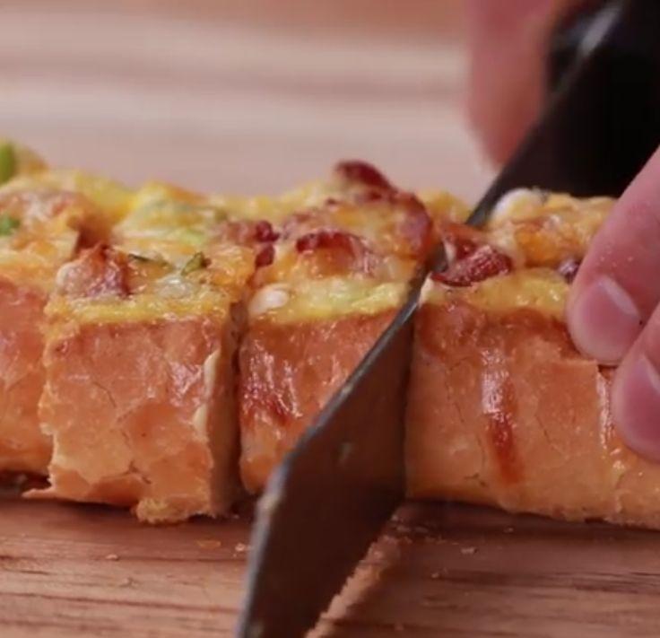 Elke week eten we wel een keer eieren. Dat kan zijn voor ontbijt, lunch of diner. Enige inspiratie nodig om deze gewone ingredienten om te toveren in iets wat er super feestelijk en heerlijk uitziet? Dan heb je dit nodig! - 3 eieren - 1 stokbrood - Een handje kaas - Krokant gebakken spek - bosui Zie op de volgende pagina hoe je stap voor stap dit heerlijke gerecht op tafel kan zetten! Plaats een stokbrood op je aanrecht en snij de bovenkant op deze manier in Kluts je eieren en voeg kaas…