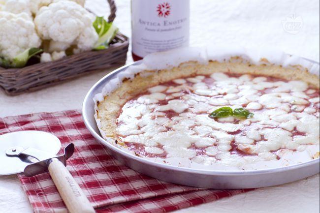 La finta pizza al cavolfiore è un secondo piatto di verdure per gustare i cavolfiori in maniera originale, con pomodoro e mozzarella come una pizza.