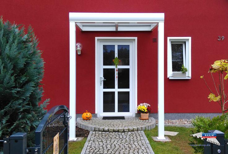 Ein Alu-Haustürvordach der Marke REXOvita 2m x 1,5m in weiß mit PC-Stegplatten Eiskristall als Dacheindeckung.  Dieses prächtige Haustür-Vordach passt bestens zur ganz in Rot und Weiß gehaltenen Hausfassade. So entsteht ein attraktiver Hauseingang, der Bewohner und Gäste bei schlechtem Wetter schützt.  Ort: Wandlitz  #Vordach #Aluvordach #REXOvita #Rexin #Stegplatten