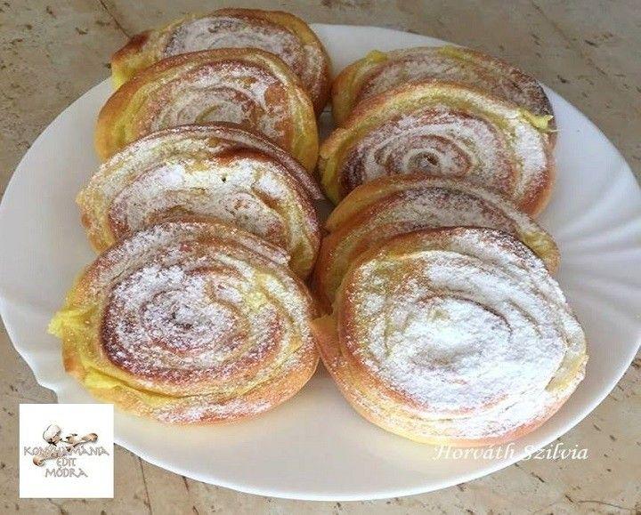 Tésztához :  25 dkg liszt  4 dkg lágy margarin 3 dkg kristálycukor  1 tojássárgája  2 dkg élesztő  1 cs. vaníliás cukor 1 csipet só  1 -1.5 dl...