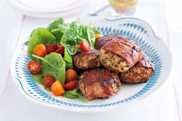 Μπιφτέκια κοτόπουλου με μυρωδικά, μπέϊκον και σάλτσα μπάρμπεκιου