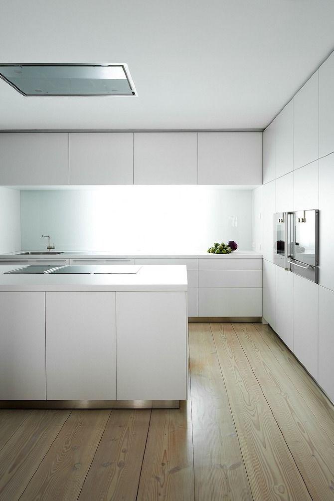 Ordnung ist das halbe Leben! Moderne Küche von Iñigo Beguiristain. Die schönen Holzbohlen bieten einen tollen Gegensatz zum minimalistischen Design