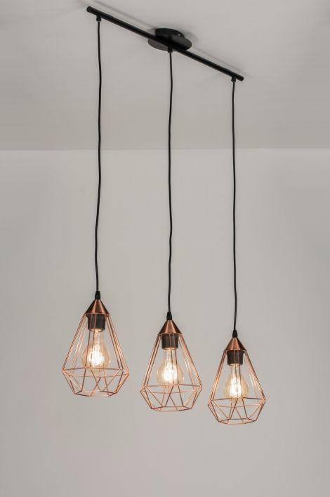 Artikel 10156 Schitterend vormgegeven hanglamp in een warme, roodkoperen kleur. De vormgeving heeft iets weg van een diamant vorm. Een open armatuur maar voorzien van een fraai, opvallend lijnenspel.  http://www.rietveldlicht.nl/artikel/hanglamp-10156