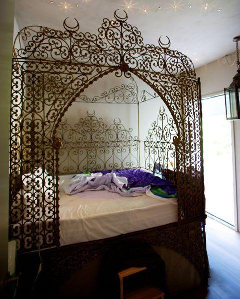 Binbir gece masallarından fırlamış gibi. Arap stili pirinç işlemeli bir yatak #dekorasyon #dekorasyonfikirleri #dekorasyonönerisi #dekorasyonönerileri #dekorasyononerisi #yatakodası #yatakodasi #yatakodaları #yatakodalari #marifetix #evdekorasyon #evdizayn #binbirgece #binbirgecemasalları