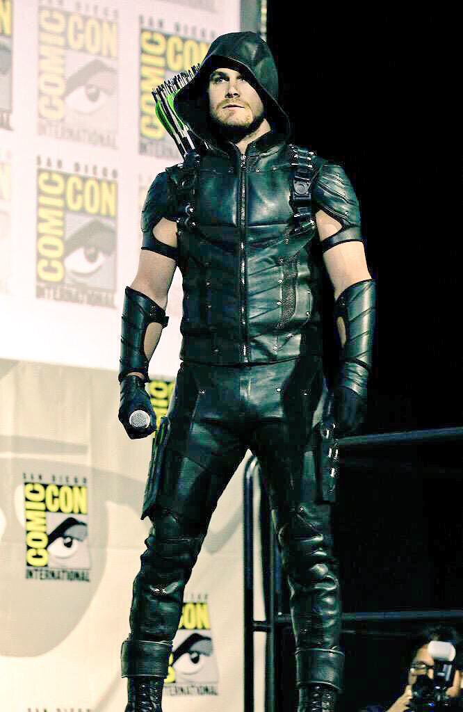 Stephen Amell in his new Green Arrow costume at SDCC ...