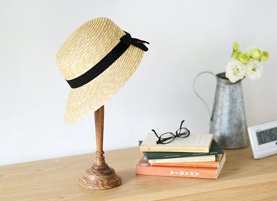 ヴィンテージの風合いがおしゃれ!木目を活かしたハットスタンド。木目の質感がかっこよく、どこかヴィンテージ風のデザインが魅力のハットスタンドが登場です!そのまま棚の上に置いておくだけで、インテリアをぐっとおしゃれに引き立ててくれる存在感がありますよ。春夏は爽やかに麦わら帽子を、秋冬はニット帽やベレー帽を。大切な帽子をおしゃれにディスプレイして、お部屋作りをお楽しみくださいね。大切な帽子の保管はもちろんインテリアのアクセントにも。帽子をかぶせるヘッド部分はさらりと滑らかな仕上がりなので、傷つけたくない大事な帽