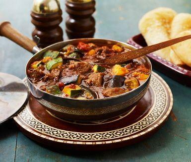 Khoresh Bademjan är en smakrik auberginegryta med lamm som passar perfekt till den lite festligare middagen – under det persiska nyåret Norooz väljer många att laga en lammgryta i stil med denna.