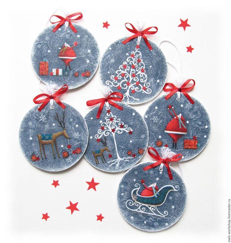 Купить или заказать елочные украшения новогодние подвески Санта олень и ёлка в интернет-магазине на Ярмарке Мастеров. Елочные новогодние украшения-подвески с мотивами на тему Санта-Клауса, рождественской елки и оленя, 6 шт. Елочные подвески выполнены в смешанной технике - декупаж и ручной рисунок. Новогодние подвески можно повесить не только на ёлку, но и на елку )), на стену, на дверь, можно дополнить этим украшением новогодний или рождественский венок или соединить все подвески в одну…