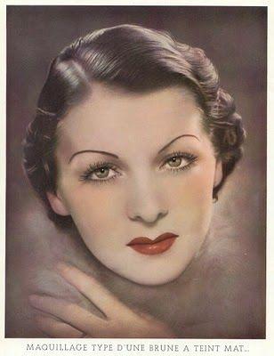 """Maquillaje en los años 20. En 1909 Gordon Selfridge había abierto el primer mostrador de cosméticos para permitir a las mujeres """"probar antes de comprar"""" y por la década de 1920, todas las farmacias y tiendas por departamento en el mundo tenían mostradores de maquillaje. http://www.magdalenaferreiralamas.com/2014/04/maquillaje-en-los-anos-20.html"""