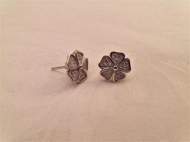 Pendientes de plata de ley con forma de flor rematado en micro pavé. Preciosos por su brillo e ideales de tamaño para uso a diario. Ideales para niña...
