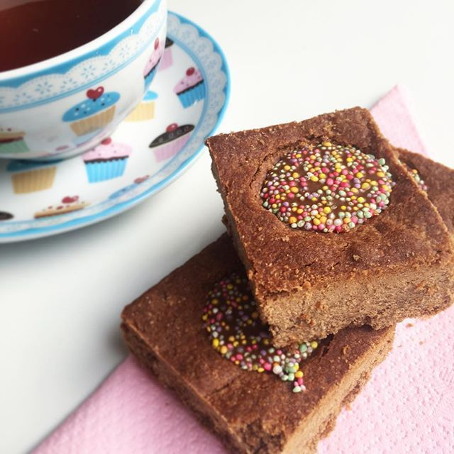 Allergy Friendly choc freckle slice. Dairy free, nut free #SUMrecipeoftheday