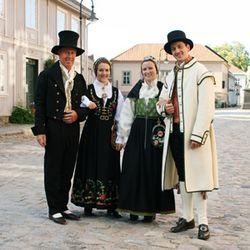 Norwegian national costumes from Østfold county. Her er Løken drakta og Østfold bunaden. Bunad er nasjonal antrekk til alle høytider <3