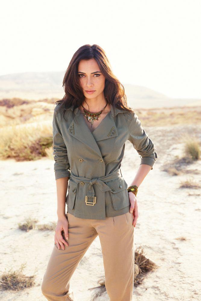 La veste GEDEON esprit militaire qui mélange les codes du casual chic et du sexy. Coupe trench court ceinturé. Chaines et clous en décoration.  Print attrape-rêve sur la doublure. Pantalon GOLF en Tencel aux allures de sarouel, à la fois doux comme la soie et frais comme le lin.#mode#veste#militaire#studs#attrape-rêve#baroudeuse#kaki#pantalon#sarouel#fauve#elora~#