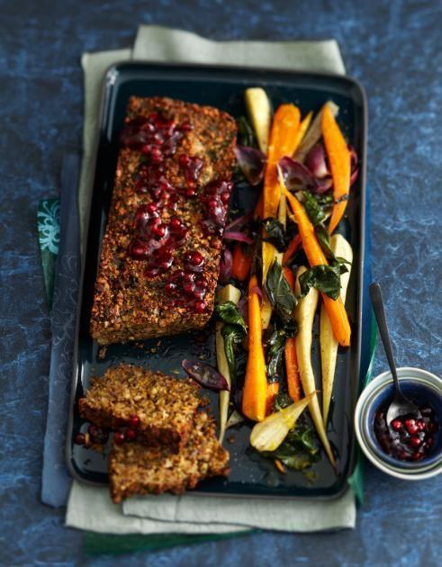 Ein vegetarischer Braten aus Nüssen mit Mangold, Möhren und Pastinaken aus dem Ofen. Dazu: Preiselbeerkonfitüre.