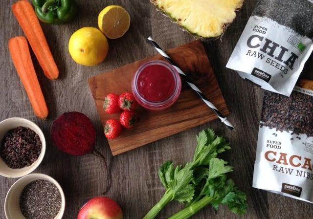 Zielone koktajle: cytryna + ananas + jabłko + marchewka + seler + burak + paparyka + truskawki + chia + kakao