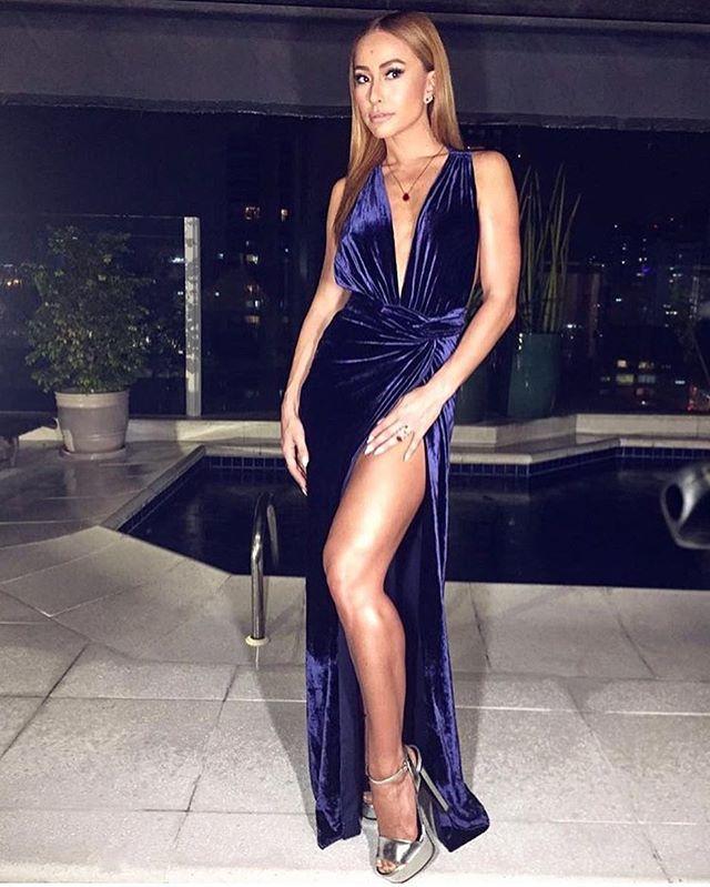 Sabrina Sato plena na noite de domingo! O look azul de veludo é um body + saia com super fenda e decote by @aya_oficial, sandália @gucci, jóias @andreacontioficial, make @markitocosta, Hair @fortesthiago e styling @yanacioli. 💙💥 . . #sabrinasato #ootd #ootn #outfit #outfitoftheday #look #instalook #lookbook #lookoftheday #inspiração #inspiration #instamoda #moda #instastyle #style #igstyle #estilo #instafashion #fashion #igfashion #fashionstyle #fashionblog #dailylook #instadaily…
