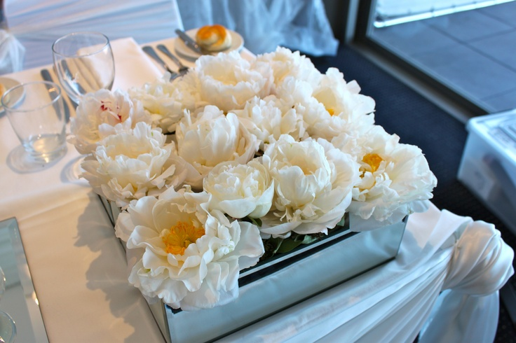 #bridaltable decoration in mirrored vase