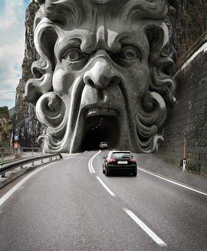 Y el coche se adentraba en la siniestra boca del túnel
