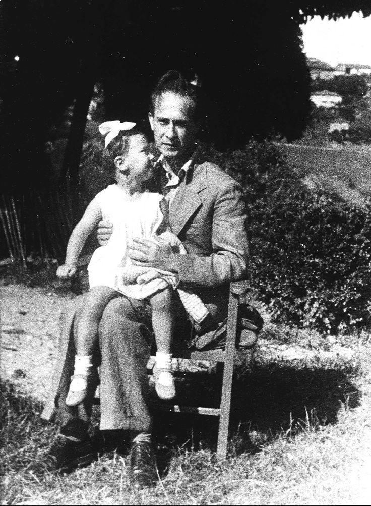 Franco Antonicelli con la figlia Patrizia in una cascina nei pressi di Montechiaro d'Asti, nell'aprile del 1944
