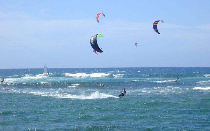 #Spiaggia della #Fertilia - Per gli amanti della vela, del windsurf e del kite surf, questa spiaggia si trova in una baia dove il vento soffia regolarmente e, data la sua conformazione geografica, nonostante il forte vento, l'acqua rimane piatta nelle prime due miglia. Inoltre, fino a duecento metri dalla riva si tocca e quindi ci si può esercitare agevolmente.
