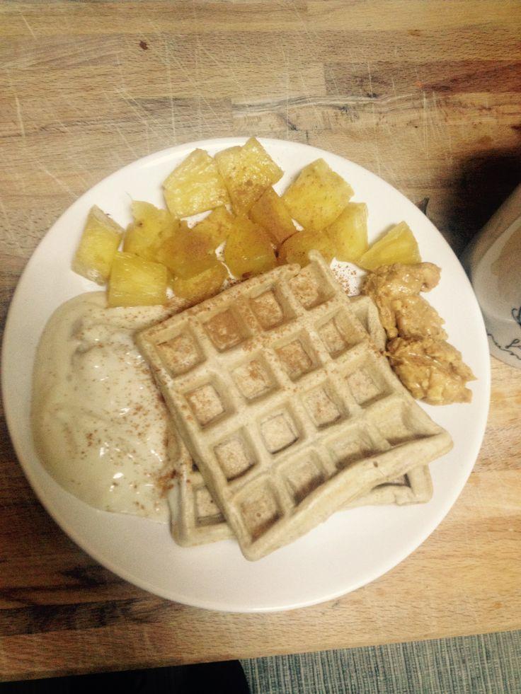 Waffle de farinha de espelta e 1 ovo e canela! Com ananás natural, iogurte de soja de alperce e manteiga amendoim!