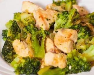 Poulet au curry et brocolis à la vapeur