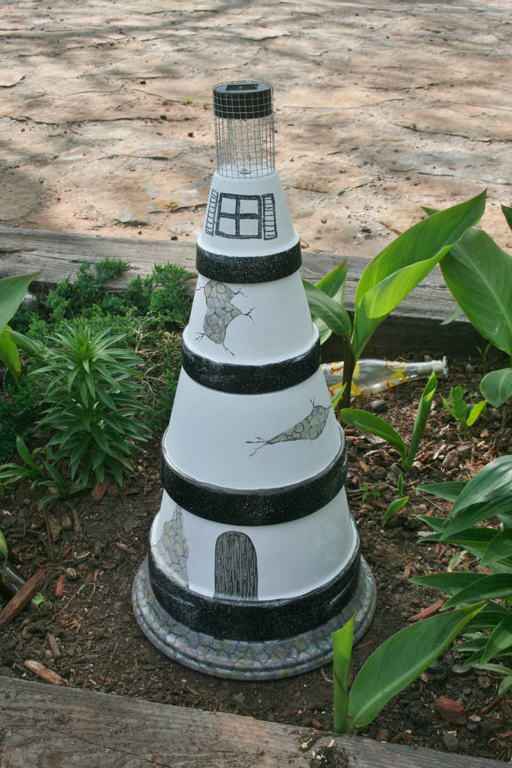 Diy make a clay pot lighthouse diy craft projects - Made From Terra Cotta Clay Pots Painted And Stacked To Look Like A Lighthouse