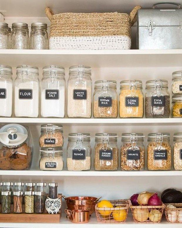 Em vez de amontoar os itens direto no armário, coloque os alimentos em potes de vidros sinalizados. Além de facilitar a visualização dos produtos, também ajuda na hora de fazer a lista do mercado. Use cestinhas ou bandejas para organizar temperos, frutas e legumes (Foto: Reprodução/Pinterest)