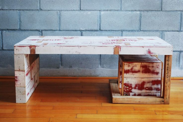 * Mesa RED  La idea de esta mesa ratona fue que tenga diferentes caras y vistas. Desde un lado se ve que esta abierta y desde el otro cerrada. La misma madera que use para la mesada recubre un lado, pero no el otro, en el cual aparece la estructura de la mesa. Esta también es continua y le da un espacio para contener y guardar el banquito, hecho también con la misma madera reciclada.
