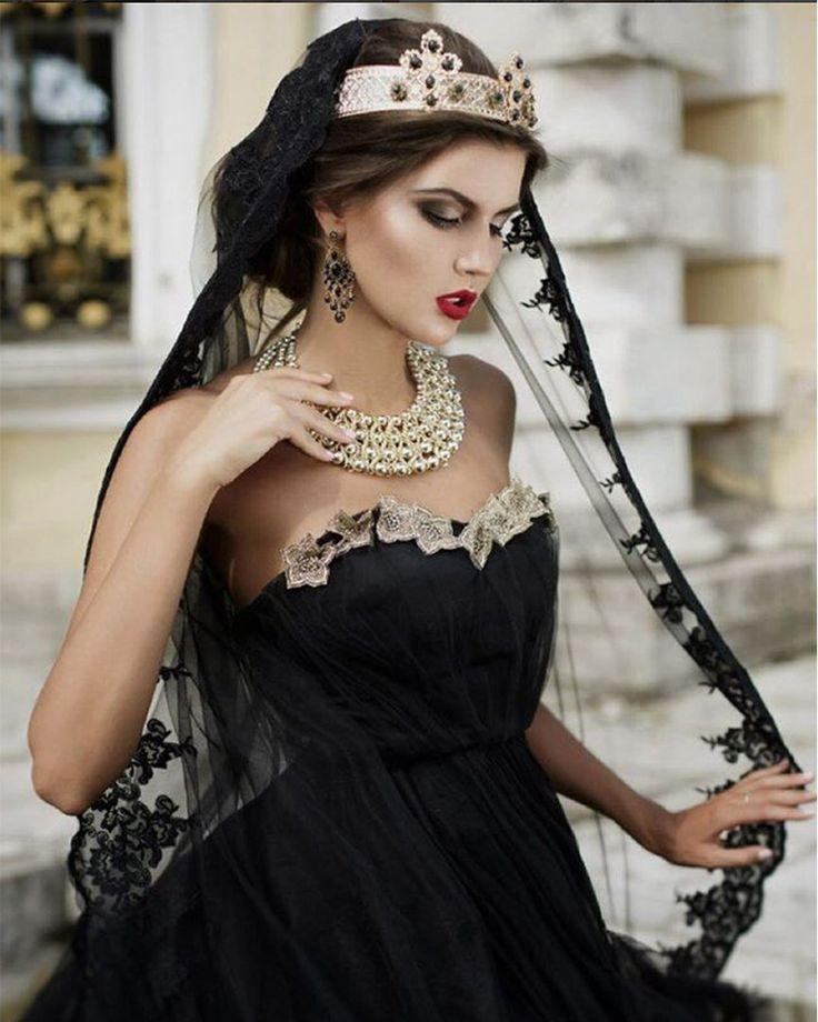 👑 ФотоПроект DOLCE VITA - 20 мая - предложение ограничено 👑 Аристократичный проект для ценительниц изысканного стиля! • Стилистам Dolce & Gabbana удалось освободить черный от ярлыка траурного атрибута и сделать его гиперсексуальным. В 1985 году итальянский модный дуэт представил на суд публики свое видение «средиземноморской» женщины: трагично черные вуали и кружевные платки цвета ночи, строгие четки в качестве колье и соблазнительные бюстгальтеры и комбинации вполне на виду… Публика…