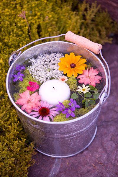 Zinkeimer, Wasser, Blumen und Schwimmkerze. Im Handumdrehen fertig.