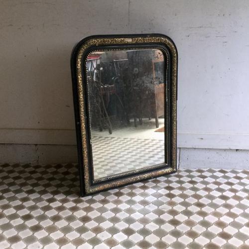 アンティークのナポレオン三世ミラー ナポレオン三世時代のアンティークミラーです!ブラックとゴールドのシャビーシックなフレームは素敵に壁を飾って、インテリアをグッと引き締めてくれます。アンティークのフレームはアンティークを始める方には最適のアイテムですね。ミラーはオリジナル。鏡の交換やガラス交換も承っております。