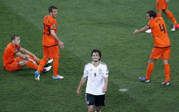 EM Euro 2012 Europameisterschaft Fußball Deutschland Nationalelf Hummels Holland Lacht Grinst