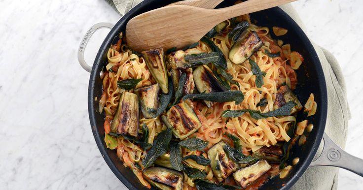 Tomatpasta med rostad aubergine och krispig salvia   Recept från Köket.se