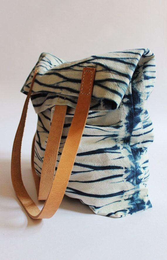 REJELL WASSEROBERFLÄCHEN SHIBORI TASCHE  Feine pflanzengefärbte Tasche.  Welliges indigoblau-weißes Muster Wasseroberfläche.  Sorgfältige und nachhaltige