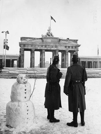 Policiais portando rifles fornecidos pelos EUA montam guarda em frente ao Portão de Brandemburgo, em dezembro de 1961  Foto: Getty Images