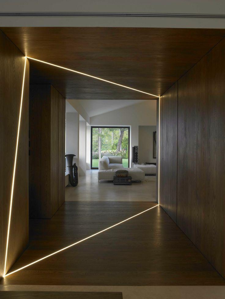 Utilisation intéressante des lumières dans ce couloir. Effet futuriste réussi.